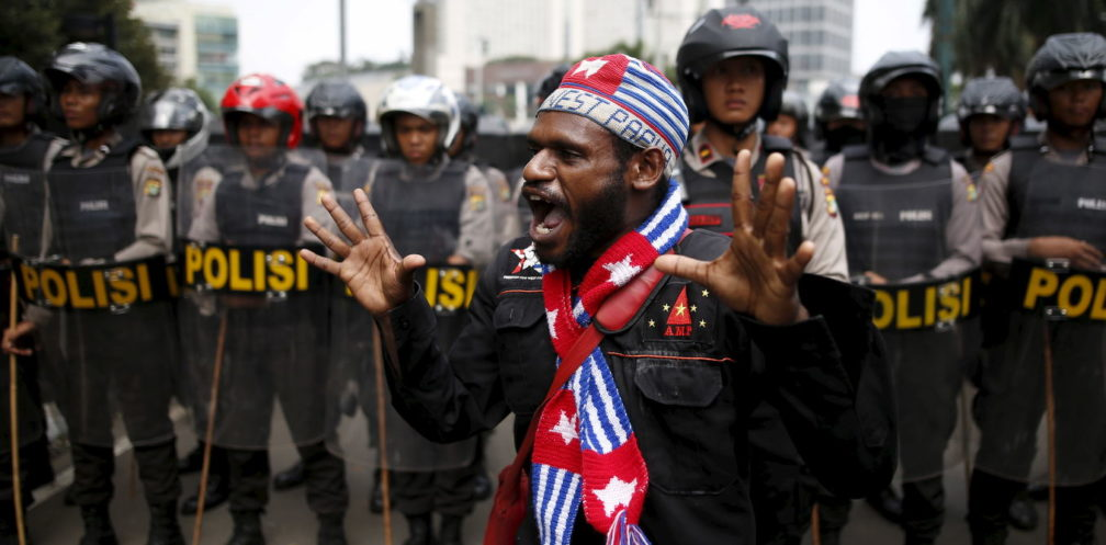 An activist shouts near a police line during a rally to commemorate the West Papuan declaration of independence from Dutch rule in Jakarta, Indonesia December 1, 2015. Indonesian police  fired teargas to disperse more than 100 protesters gathered to rally against Indonesia's rule over the remote eastern Indonesian province of Papua. REUTERS/Darren Whiteside  - RTX1WM97